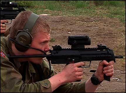 NYTT VÅPEN: VG Nett var med på testingen av forsvarets nye våpen MP 7. Foto: Inger Johanne Stenberg