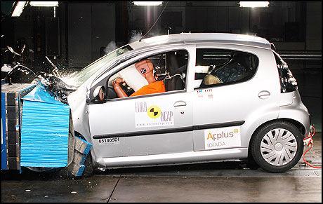TAPER: Minibilen Citroën C1 fikk fire av fem mulige stjerner da den ble testet i EuroNCAP. Bilen vil likevel få det tøft i en kollisjons med en større bil. I euroNCAP-testene blir bilene testet mot sin egen vekt. Foto: EuroNCAP