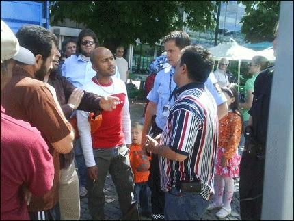 IKKE FORNØYD: Leder av Drammen innvandreråd, Ali Duymaz (med ryggen til), havnet i diskusjon med mange fremmøtte til en utstilling av blant annet en Koran i Drammen i dag. Til slutt tok han med seg Koranen og gikk. Foto: Frode Winther Nylehn