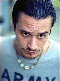 SPILLER OND: Rockestjernen Mike Patton har rollen som ondskapen i spillet The Darkness. Foto: AP