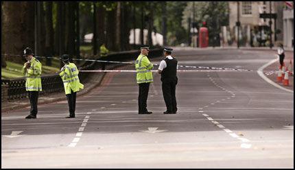 AVSPERRET: Politiet har stengt av Park Lane, sentralt i London. Foto: AFP