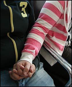 FORFERDELIG: - Det å se noen banke opp den man elsker er helt forferdelig, sier Lene og ser bort på Anna. Foto: Bjørn Lecomte