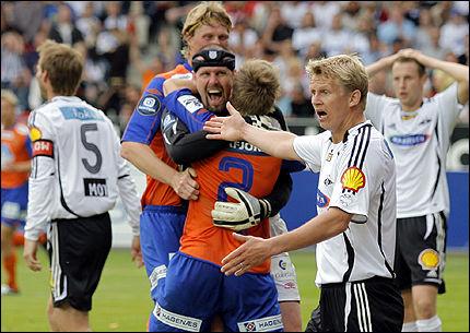 OVERTIDSDRAMA: Aalesund-keeper Adin Brown jubler villt over sin egen scoring, mens Rosenborgs Steffen Iversen er mildt sagt forbauset over at det ikke ble blåst frispark. Foto: Scanpix