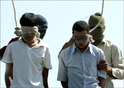 HENRETTELSER: Mahmoud Asgari (t.v) og Ayaz Marhoni før de blir henrettet tirsdag 19. juli 2005. Guttene skal ha blitt hengt fordi de var homofile, ifølge menneskerettighetsorganisasjoner. Iran steinet nylig Jafar Keyiani for et utenomekteskapelig forhold. Foto: EPA/STRINGER