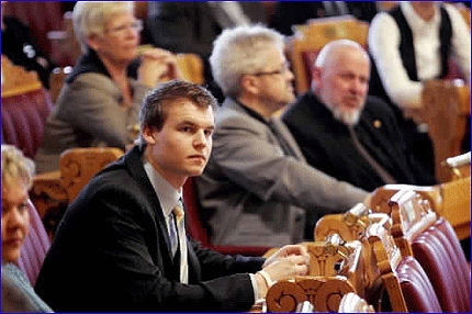 FOR STEMMEPLIKT: Kjell Ingolf Ropstad (20) er tidenes yngste møtende KrF-representant på Stortinget. Nå går han inn for å erstatte stemmeretten med stemmeplikt. Foto: Scanpix