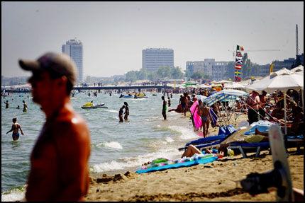 STRANDLIV: Mange koser seg i Sunny Beach på tross av voldsepisodene som har rammet turiststedet i det siste. Foto: Henning Carr Ekroll
