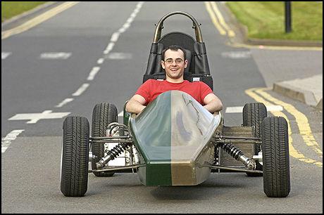 RESIRKULERBAR: 95 prosent av Eco One er resirkulerbar, men ratt, seter og elektriske komponenter er i konvensjonelle materialer. Bilen er designet av Dr Kerry Kirwan, en forsker fra Warwick Manufacturing Group ved Warwick University. Ved rattet sitter prosjektleder Ben Wood. Foto: Warwick University
