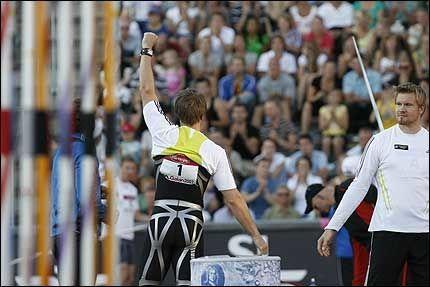 OVERLEGEN: Andreas Thorkildsen (med ryggen til) vant en knusende seier i Stockholm tirsdag kveld. Foto: Scanpix