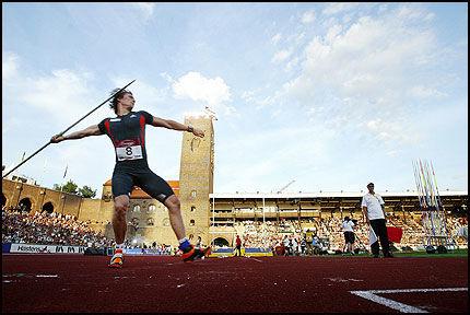 VANT I FJOR: Andreas Thorkildsen (25) vant spydkonkurransen i DN-gallaen med ny stadionrekord i Stockholm i fjro. I kveld er det om å gjøre at ryggen hans holder. Foto: Jan Johannessen