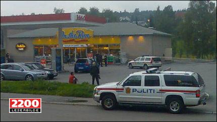 ESSO: Politiet stoppet en blå BMW ved en bensinstasjon på Kalbakken. Foto: LESERBILDE