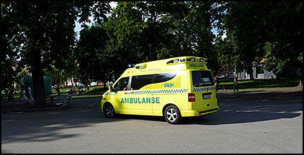 FORLATER ALI: Her kjører ambulansen fra Ali Farah, etter at han ble overfalt i Sofienbergparken i fjor sommer. Foto: CAROLINE DREFVELIN
