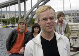 FORFATTEREN I FORGRUNNEN: Tore Renberg foran. Bak ser vi Rolf Kristian Larsen, Ida Elise Broch og Arthur Berning. Foto: Øyvind Sætre.