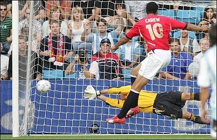 1-0: Oscar Alfredo Ustari har en hånd på ballen, men klarer ikke stanse John Carews straffe. Foto: Kyrre Lien, SCANPIX