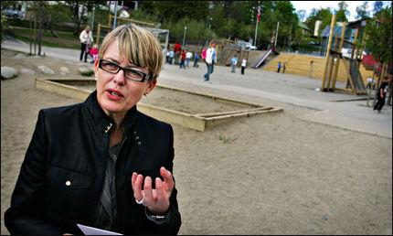 TESTER ELEVENE: Skoledirektør Astrid Søgnen i Oslo tar språkproblemene til førsteklassingene på alvor. Foto: Aftenposten