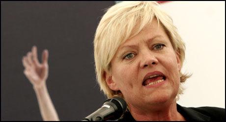 SINT PÅ ERNA: SV-leder Kristin Halvorsen mener Høyres Erna Solberg står i veien for et bedre klima. Foto: Scanpix