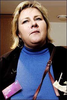 VIL GI GULROT: Høyres Erna Solberg mener det blir feil å innføre ekstra avgifter på veier. Foto: Janne Møller-Hansen