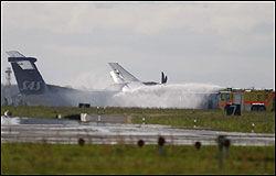 SLUKKES: Brannen i flyet ble slukket raskt av brannmannskaper. Foto: René Schütze
