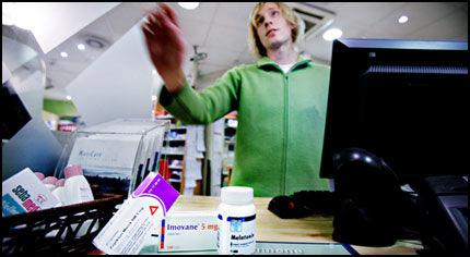 FARMASØYT: Tobias Johansson ved Vitusapotek Østbanen i Oslo med innsovningstabletter og hormonpreparatet melatonin. Han har aldri skrevet ut sovetabletter til barn. - Det er ikke så vanlig, sier Johansson. Foto: KRISTER SØRÅS.