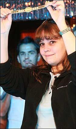 FINE PREMIER: Annette vant også et gullarmbånd som en del av 1. premien i poker-VM. Foto: betsson.com