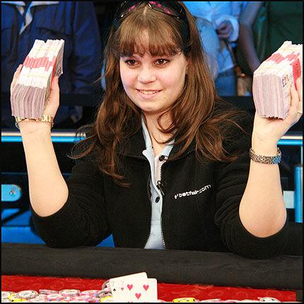 DOLLARGLIS: Anette Obrestad (18) kunne smile etter at potten på 11,3 millioner kroner var hennes natt til mandag. Foto: www.betsson.com