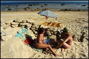 AVSLAPPET: Lourdes og Tony fra Cordoba nyter naturistmulighetene. Foto: VIBEKE MONTERO.