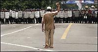 Demonstrantene trosser portforbudet