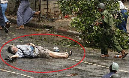 DREPT: Den japanske pressefotografen Kenji Nagai (52) ble i går skutt og drept av soldater i Rangoon. Foto: Reuters