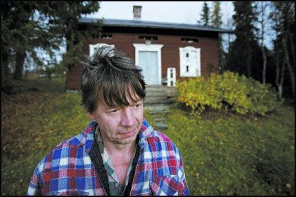 FANT KAMERATEN: Tord Olofsson fant kameraten død. Bjørnen hadde gjemt ham om lag ti meter fra hans egen hytte. Foto: Aftonbladet