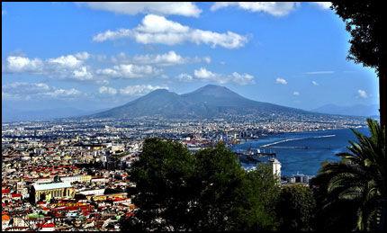BYENS HERSKER: Den levende vulkanen Vesuv dominerer fullstendig Napoli og bukta rundt. Forskerne venter snarlig utbrudd. Det siste, som du kan se spor etter i skråningen ovenfor Pompeii, skjedde i 1949. Foto: Bjørn Thunæs