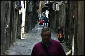 SMUG: Gamlebyen, Centro Storico, er full av trange gater som denne. Det er lett å tro at det er gågater, men nei, er det plass til en scooter, så kan du være sikker på at det kommer en. Gjerne ridd av en person så full av dødsforakt at eksosen henger som en glorie om hodet på'n. Foto: Bjørn Thunæs