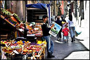 PRIVAT INITIATIV: På vei til Napolis største marked, La Pignassecca på Piazzetta Montesanto, finner du mange som har startet for seg selv. Foto: Bjørn Thunæs