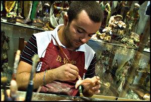 LAGER JULEKRYBBER: Figurmakeren Gennaro (Gunnar) er meget prisbelønt for sitt figurmakeri. Foto: Bjørn Thunæs