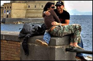 AMORE: Unge kjærestepar, og ikke minst brudepar, lar seg gjerne fotografere på strandpromenadene. I bakgrunnen Castell del Ovo, eggeborgen. Foto: Bjørn Thunæs