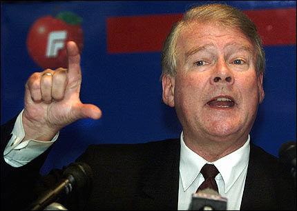 - TA DIN STRAFF: I steinkjer i 2001 sa Carl I. Hagen at Vidar Kleppe skulle «ta sin straff og komme tilbake». Men Kleppe kom aldri tilbake til partiet. Foto: Scanpix
