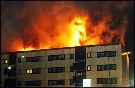 I FULL FYR: 39 beboere ble evakuert fra blokken i Lørenskog. Brannvesenet fryktet brannen kunne spre seg. Foto: Scanpix