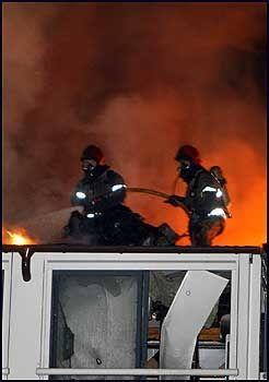 KJEMPER MOT FLAMMENE: Brannmenn kjempet mot flammene i flere timer før de begynte å få kontroll på brannen. Foto: Scanpix