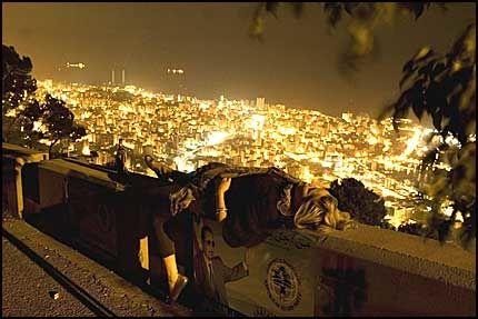 BY NIGHT: Utsikt over Beirut. Foto: Tomek Gola / fikcja.pl