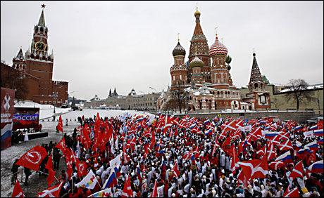 MOT-REVOLUSJON: Nasji-aktivister samlet 5000 demonstranter på Den Røde Plass i Moskva. Gruppen hevder USA og Vesten vil prøve å forandre valgresultatet. Foto: AP