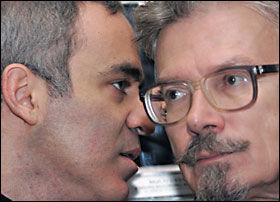 KRITISKE: Opposisjonslederne Garry Kasparov (t.v.) og Eduard Limonov. Foto: AFP