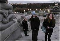 Gores døtre på omvisning i Vigelandsparken