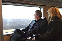 Her tar miljø- bevisste Al Gore flytoget, mens bagasjen hans blir fraktet med en Mercedes