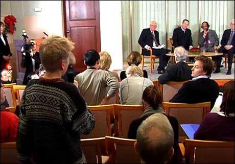 GREP MIKROFONEN: Georg Sekkelsten (13) utnyttet sjansen, og stilte fredsprisvinnerne spørsmål på vegne av de unge under søndagens pressekonferanse i Nobelinstituttet. Foto: Scanpix Foto: VGTV