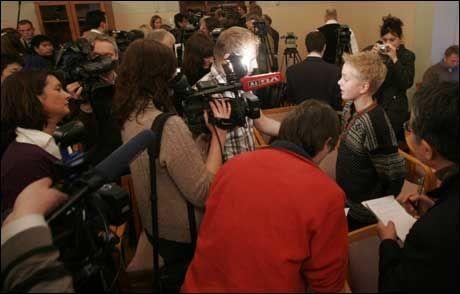 I RAMPELYSET: VG Nett intervjuer George etter pressekonferansen. Foto: Scanpix