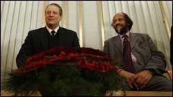VINNERE: Al Gore og Rajendra Pachauri mottar fredsprisen i morgen. I dag holdt de pressekonferanse på Nobelinstituttet i Oslo. Foto: Scanpix