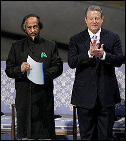 MOTTOK PRISEN: Nobelprisvinnerne Dr. Pachauri og under seremonien i Oslo RÅdhus. Foto: AFP Foto: AFP