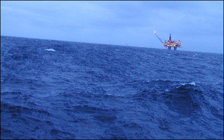 OLJEKATASTROFE: Dårlig vær gjør opprydningsarbeidet vanskelig, etter det nest største oljeutslippet i Norges historie. Foto: Kystverket