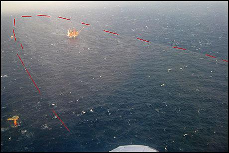 OMFATTENDE UTSLIPP: Her er utslippet og plattformen fotografert fra et av Kystverkets fly. Foto: Kystverket