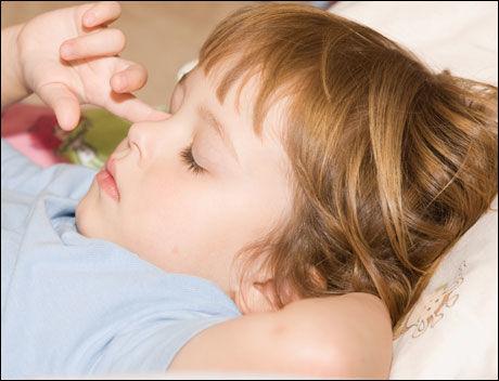 TAR GREP: Verdens helseorganisasjon (WHO) har som mål at alle barn under 15 år skal ha tilgang til nødvendig og riktig medisin. Foto: Stockxpert