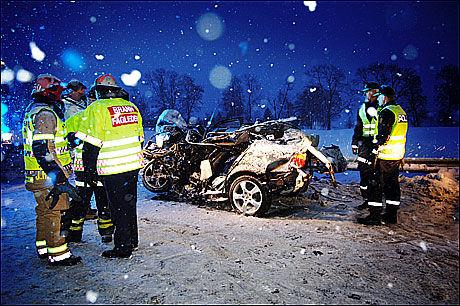 BRUTALT: Bilen Harald Thorp Rice (38) og kjæresten Torill Elise Olsen (30) kjørte i kom over i motsatt kjørefelt og kolliderte med en trailer. Foto: Geir Olsen/Privat