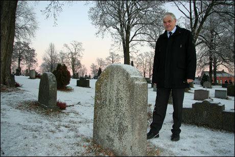 FULGT TIL GRAVEN: Domprost Ole Elias Hock står på gravlunden ved krematoriet i Hamar. Her har han begravet flere trafikkofre. Foto: Camilla Ryste